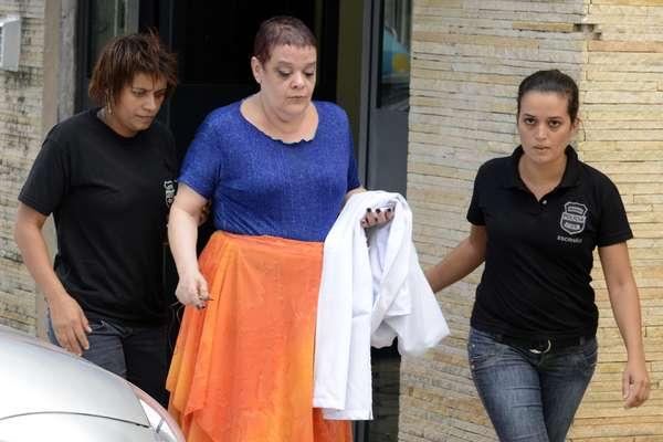 21 de fevereiro - Médica chefe da UTI do hospital Evangélico, Virgínia Helena Soares de Souza, sendo conduzida por policiais
