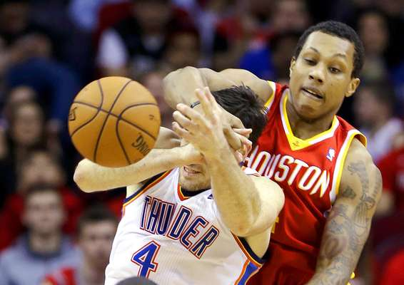 Thunder vs. Rockets: Nick Collison (4) recibe una falta de parte de Greg Smith.