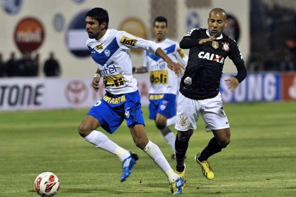 Em jogo na cidade de Oruro (Bolívia), Corinthians sai na frente, mas cede empate por 1 a 1 para o San José; partida marcou a estreia das duas equipes na Copa Libertadores da América 2013