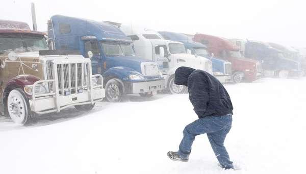Limpiadoras de nieve y rociadores de sal se emplazaron desde este miércoles por las autopistas del centro de Estados Unidos, en preparativos para el avance de una fuerte tormenta invernal que podría derivar en grandes acumulaciones de nieve en algunos lugares, y azotar otros con aguanieve y lluvia.