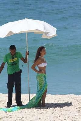 Paloma Bernardi gravou cenas da novela 'Salve Jorge' de biquíni nesta sexta-feira (22). Murilo Rosa e Leonardo Carvalho também participaram da gravação, que aconteceu em uma praia da zona oeste do Rio de Janeiro