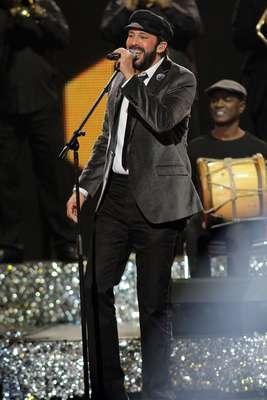 Para dar inicio a la velada del 25 aniversario del Premio Lo Nuestro, el cantante Juan Luis Guerra rompió el hielo, poniendo el ritmo Latino a la noche, con un completo repertorio de sus mejores éxitos.