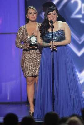"""Artista Femenina del Año en la categoría pop: Jenni Rivera. El pemio lo recibieron sus hijas """"Chiquis"""" y Jenicka."""