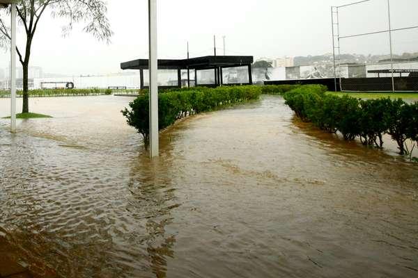 Fortes chuvas em São Paulo atrapalharam programação de treinos do Corinthians nesta sexta-feira