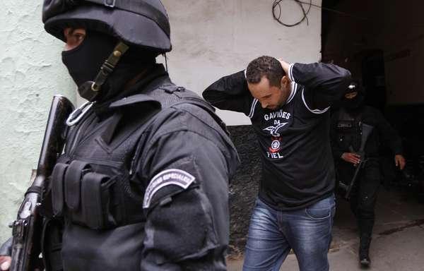 Doze torcedores do Corinthians detidos e acusados de homicídio durante o empate contra o San José foram transferidos da delegacia Fuerza Especial de Lucha Contra el Crimen (Força Especial de Luta Contra o Crime) para um centro de detenção provisório nesta quinta-feira
