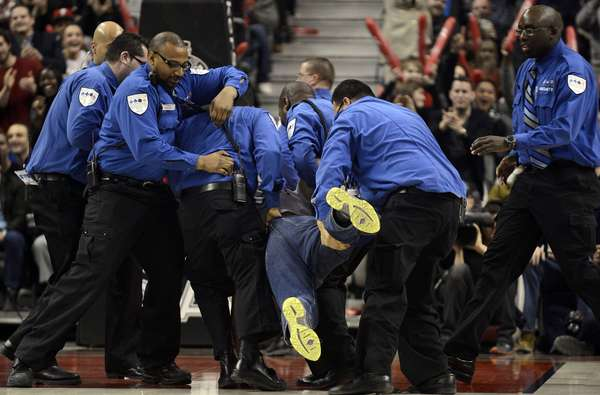 Um torcedor invadiu a quadra do Air Canada Centre durante a partida entre Toronto Raptors e New York Knicks. Ele foi detido por seguranças. Ao final, os Raports bateram os Knicks em casa por 100 a 98. Veja mais fotos da rodada da noite desta sexta-feira pela NBA:
