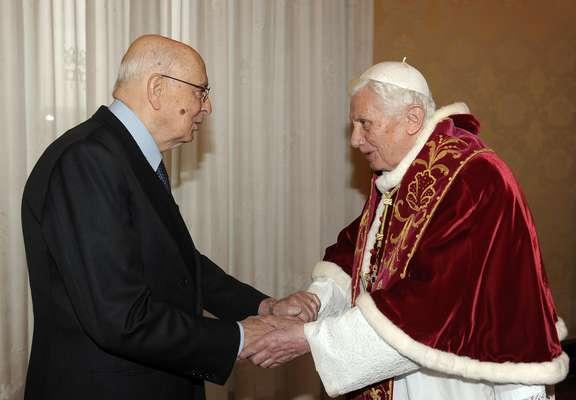 O Papa Bento XVI, à direita, recebe presidente italiano, Giorgio Napolitano posar para os fotógrafos, por ocasião do seu encontro, no Vaticano