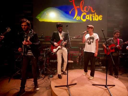 A cantora Maria Gadú foi uma das artistas que agitaram a festa de lançamento da novela 'Flor do Caribe', que estreia na TV Globo no próximo dia 11 de março. Ela se apresentou com a banda 5 a Seco no evento, realizado no Vila Garden, na zona oeste de São Paulo, neste sábado (23)