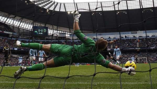 Goleiro Joe Hart, do Manchester City, defende pênalti batido por seu companheiro da seleção inglesa, Frank Lampard, do Chelsea. O City bateu o clube rival neste domingo por 2 a 0, pelo Campeonato Inglês. Veja mais fotos da rodada: