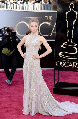 Amanda Seyfried - Maravilhoso esse vestido Alexander McQueen que Amanda Seyfried escolheu para o tapete vermelho. Gola alta, com recorte, dorso mais reto e saia que vai se abrindo em cauda. O cabelo preso foi a escolha ideal para valorizar o lindo modelo bordado sobre tecido lilás.
