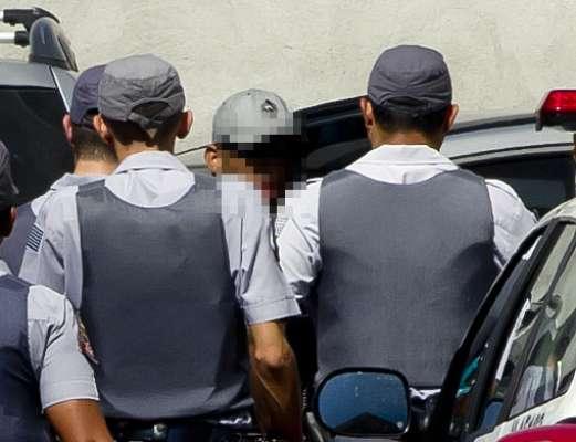 Membro da Gaviões da Fiel que teria disparado sinalizador responsável pela morte do boliviano Kevin Espada chegou à Vara da Infância de Juventude de Guarulhos para prestar depoimento às 14h50 (de Brasília); veja