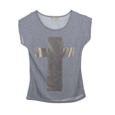 Camiseta cinza com cruz dourada, da C&A. Preço: R$29,90. Informações: (11) 2167-0040