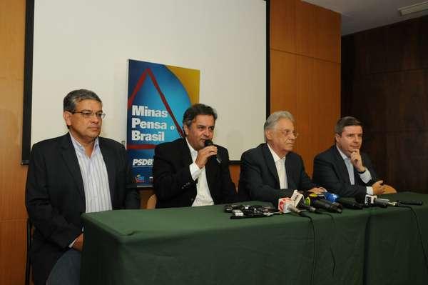 FHC, ao lado do senador Aécio Neves, do governador Antonio Anastasia e do presidente do PSDB de Minas Gerais, deputado federal Marcus Pestana, deu entrevista a imprensa em Minas