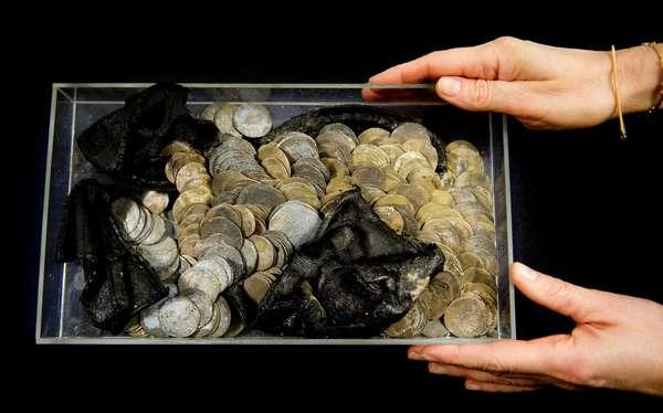 O tesouro de moedas de prata foi encontrado dentro de um sapato enterrado na prefeitura da cidade de Roterdã, na Holanda