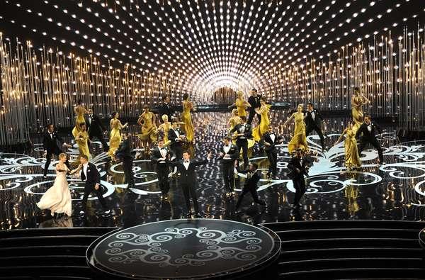 El polifacético comediante Seth MacFarlan fue el encargado de ser el maestro de ceremonias en la gala número 85 del Premio Oscar realizados el 24 de febrero en el l teatro Dolby de Los Ángeles. Macfarlan con sus ocurrencias impuso un estilo bien atrevido que mantuvo entretenida a la audiencia y a las estrellas presentes en el recinto.
