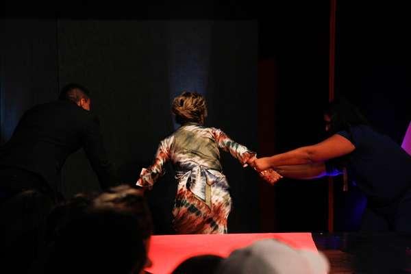 A integrante do programa Mulheres Ricas Andréa de Nóbrega caiu ao descer da passarela, durante desfile no Mega Polo Moda, nesta terça-feira (26)