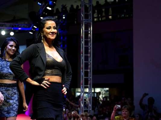 Helen Ganzarolli foi a atração da grife Jota Reis nesta terça-feira (26) no Mega Polo Moda. Ela desfilou com a barriga à mostra