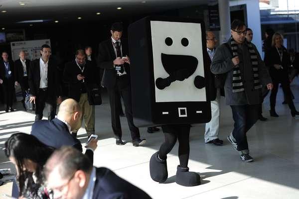 Un funcionario luce un disfraz de teléfono móvil durante la segunda jornada del Mobile World Congress (MWC), en Barcelona, la mayor feria de dispositivos móviles del mundo, llevada a cabo hasta el 28 de febrero con la participación estimada de más de 70 mil personas.