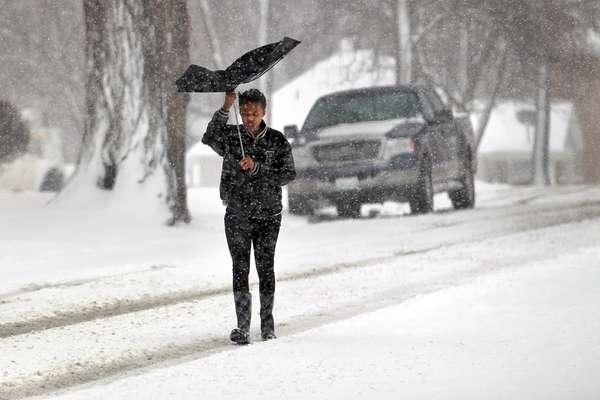 La tormenta invernal que por segundo día azota un área del centro de Estados Unidos, ha dejado miles de casas y oficinas sin electricidad en el noroeste de Texas y sureste de Oklahoma, así como tres fallecimientos. Y ahora se desplaza hacia Chicago, Illinois.