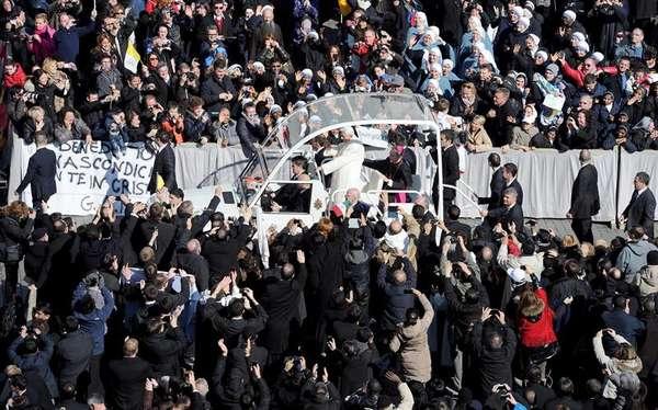 """Aclamado por una muchedumbre, el papa Benedicto XVI ingresó este miércoles a bordo de su papamóvil a la Plaza de San Pedro para presidir la última audiencia pública de su pontificado a la que asisten miles de fieles de todo el mundo. Benedicto XVI pidió hoy, hablando en español, que recen por él y por los cardenales, """"llamados -dijo- a la delicada tarea de elegir a un nuevo Sucesor en la Cátedra del apóstol Pedro"""".El pontífice, en su última audiencia pública, también agradeció, siempre hablando en español, el """"respeto y la comprensión"""" con la que ha sido acogida su decisión de renunciar al papado y reiteró que la ha tomado """"con plena libertad""""."""