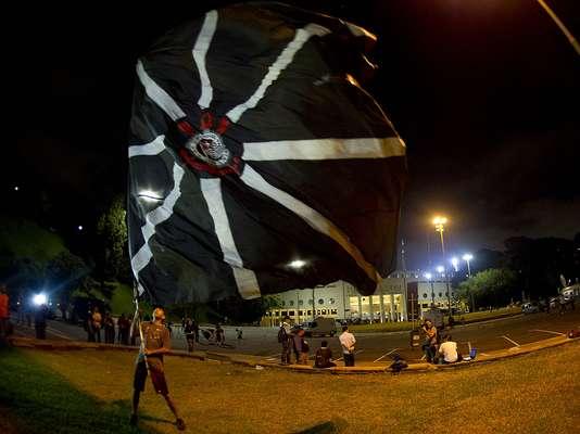 A proibição de jogos com torcida para o Corinthians na Copa Libertadores e o temor de presença de público mesmo assim fez a Praça Charles Miller ser fechada nesta quarta-feira; poucos corintianos marcaram presença
