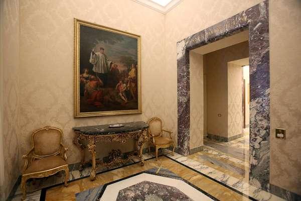 Após renunciar, o papa Bento XVI vai se hospedar por dois meses em um palácio de luxo na cidade de Castel Gandolfo, a cerca de 30 km do sul de Roma. Ele ficará acompanhado de dois secretários, até que seja levado para um convento atualmente em obras, no Vaticano
