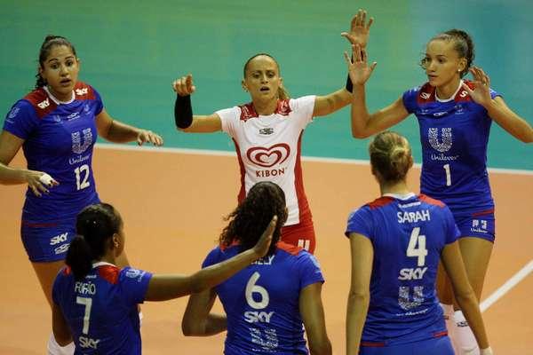 Na abertura da série melhor de três das quartas de final da Superliga feminina, Unilever venceu Rio do Sul por 3 sets a 0