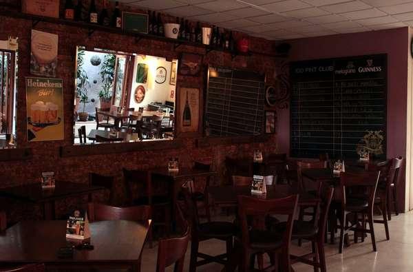 A Vila Madalena é o destino ideal para aqueles que buscam por saborosos petiscos e uma boa variedade de bebidas. São muitas as opções de bares pelo bairro. Dentre eles destaca-se o Melograno. Com mais de 150 rótulos, ele conta com uma das mais completas cartas de cerveja de São Paulo