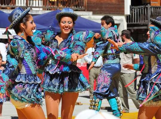 No período pré-hispânico, as antigas civilizações andinas utilizavam a dança em festas e rituais. Com a chegada dos espanhóis, a fusão de culturas criou novos ritmos. Algumas deles sobreviveram até os dias atuais.