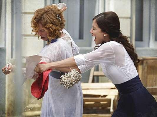 Constância (Patrícia Pillar) descobre que Laura (Marjorie Estiano) escreve sob o pseudônimo de Paulo Lima e está decidida a impedir que ela publique uma matéria denunciando a corrupção no Judiciário.
