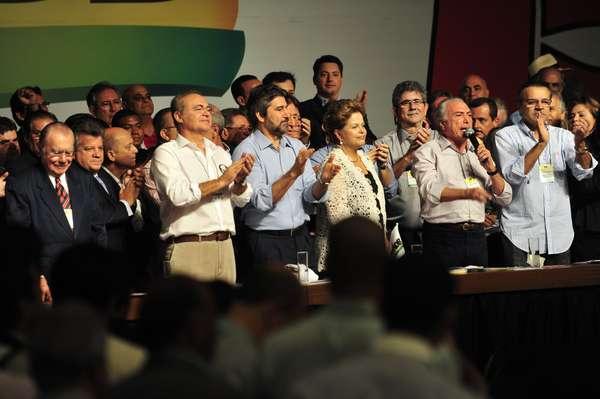 Bem-humorada e com um discurso elogioso ao vice-presidente Michel Temer, a presidente Dilma Rousseff comemorou neste sábado a aliança que levou o PT e o PMDB ao Palácio do Planalto e reafirmou a intenção de manter a coalizão política com os peemedebistas por uma longa vida