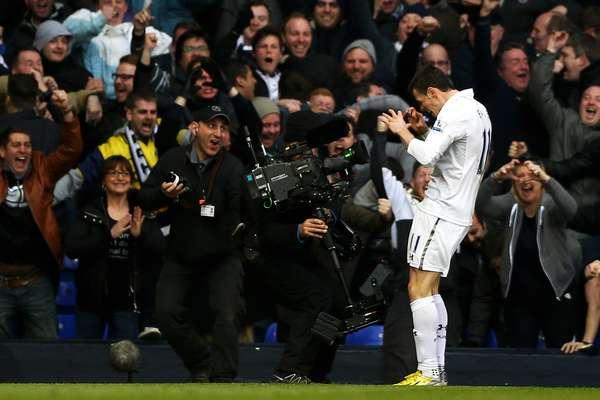 Gareth Bale celebra seu gol em vitória do Tottenham por 2 a 1 contra o Arsenal no clássico de Londres