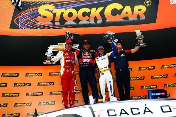 Cacá Bueno abriu a temporada 2013 da Stock Car com uma vitória eletrizante, com direito a dupla ultrapassagem sobre Valdeno Brito e Átila Abreu nas últimas voltas