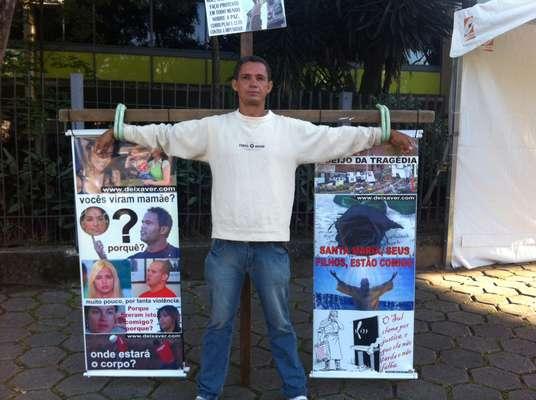 4 de março de 2013 -Empresário André Luiz faz protesto em defesa das mulheres na frente do Fórum de Contagem (MG), onde começa nesta segunda-feira o julgamento dogoleiro Bruno Fernandes e da ex-mulher dele, Dayanne do Carmo