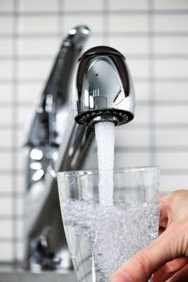 1. Água de torneiraÁgua contaminada é uma das principais causas mundiais de doenças. Diarreia, rotavírus e cólera são alguns dos problemas que podem ser transmitidos pela água e pela comida, contaminados por fezes animais e humanas