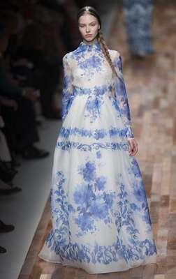 Valentino rindió homenaje a la pintura flamenca con un prêt-à-porter delicado y con colorido, encajes y flores que treparon por las prendas.