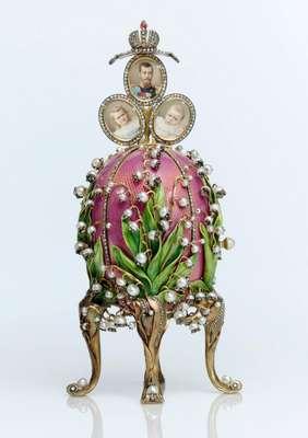 """En 1884 la suerte de Faberge cambió. Su ingenio y creatividad se vieron recompensados cuando el zar Alejandro III adquirió en su joyería un huevo de Pascua. La joya representa uno de los tres únicos ejemplares de huevos Fabergé con reloj y cuco conocidos hasta el momento: el """"Huevo Imperial con Cuco"""", de 1900, y el """"Huevo Chanticler"""", de 1904."""