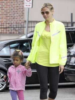 Aunque el día de la madre se celebra en el mes de mayo, pero en este martes parece que las mamás-Vips se han puesto de acuerdo para salir a la calle con sus retoños. Heidi Klum con su hija Lou Samuel por las calles de Beverly Hills. La modelo es de las que le dedica mucho tiempo a sus pequeños.