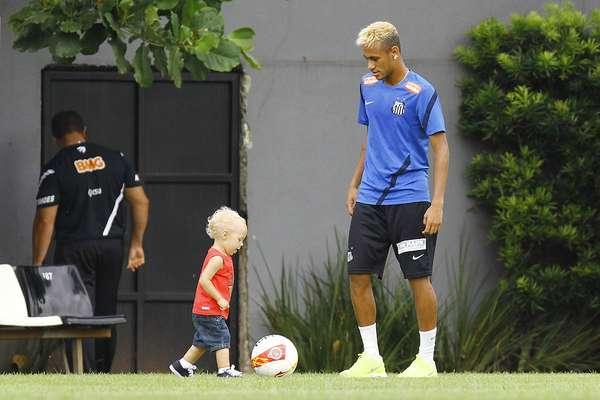 O atacante Neymar levou o filho David Lucca ao CT Rei Pelé nesta quarta-feira e brincou com o menino depois do treino do Santos