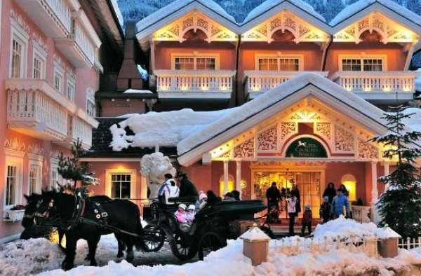 O site TripAdvisor anunciou os vencedores do prêmio Travelers Choice 2013 Hotéis para família. A lista é baseada nas opiniões dos usuários coletadas durante o período de um ano e traz os locais preferidos dos viajantes para um passeio em família. Em primeiro lugar na lista de melhores do mundo está o Cavallino Bianco Family Spa Grand Hotel, Ortisei, Itália