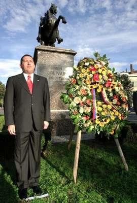 Fue en el Ejército que, el joven, Hugo Chávez Frías comenzó a cultivar el concepto del Bolivarismo, cuando formó un grupo secreto denominado Movimiento Bolivariano Revolucionario 200 (MBR). Cuando fue electo presidente del país por primera vez, propuso y consiguió implementar una nueva constitución, en la cual cambió el nombre del país a República Bolivariana de Venezuela. En esta foto, de 2001, el líder venezolano posa frente a un busto de Simón Bolívar en Bruselas, Bélgica.