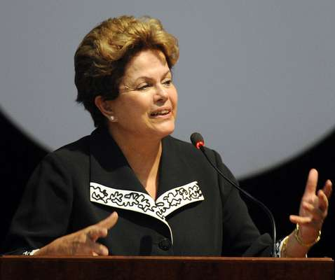 A presidente brasileira, Dilma Rousseff, lamentou a morte de Chávez durante discurso no Congresso Nacional de Trabalhadores e Trabalhadoras Rurais, em Brasília, onde pediu um minuto de silêncio