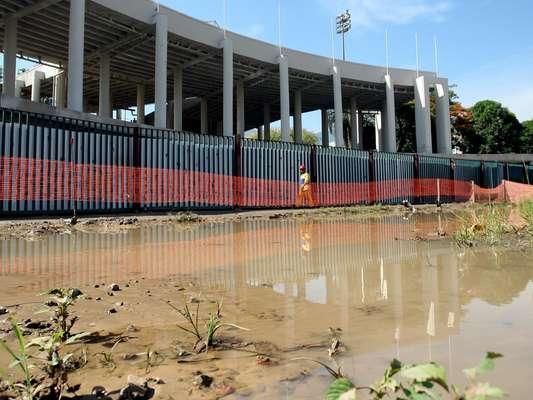Depois das chuvas que castigaram a cidade do Rio de Janeiro na terça-feira, os operários que trabalham nas obras do entorno do estádio passaram a manhã desta quarta limpando o lixo que se acumulou e tirando água dos buracos feitos para passagem de encanamentos