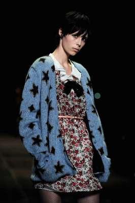 Hedi Slimane, que assumiu em 2012 a direção artística da Yves Saint Laurent, apostou no universo grunge para o inverno 2013, distanciando-se do estilo próprio da marca
