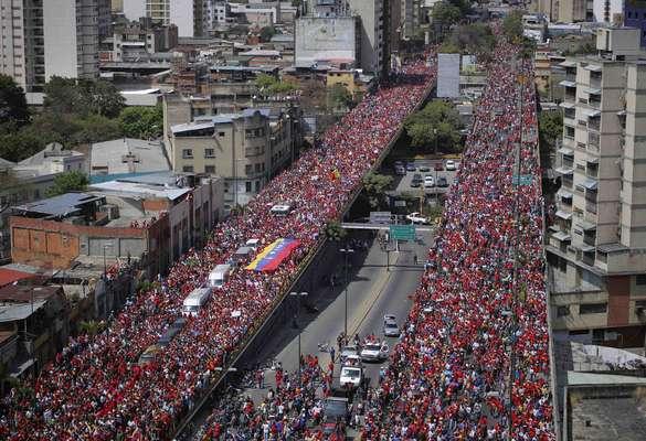 Millones de venezolanos salieron a las calles de Caracas para seguir la procesión del funeral del presidente Hugo Chávez. Otros miles de personas acompañaron esperando en largas filas el velorio, que debe extenderse hasta el próximo fin de semana. A lo largo de la historia, pocos fueron los líderes mundiales que han logrado atraer a grandes multitudes para despedirse de ellos, aquí están algunos de ellos