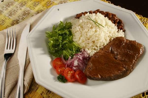 O baby beef de búfalo pode ser grelhado e usado em um prato bem brasileiro: com arroz, feijão e salada