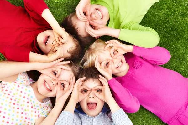 Brincadeiras lúdicas com temática de Páscoa estimulam a imaginação infantil