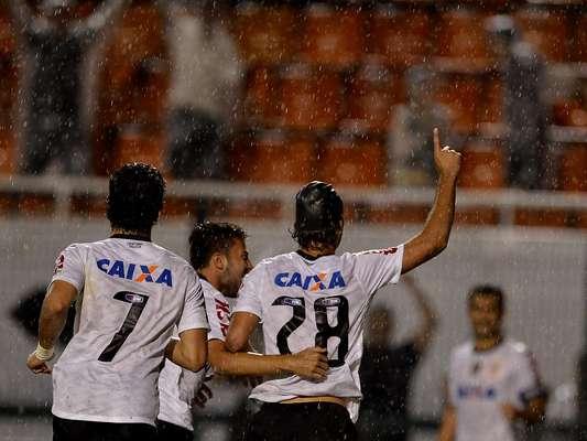 Jogadores do Corinthians comemoram gol de Felipe, que garantiu a vitória sobre o Ituano no Pacaembu