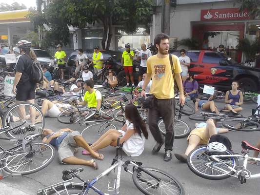 Ciclistas se reuniram na tarde deste domingo para protestar em frente ao distrito policial para onde o motorista responsável por atropelar um homem que andava de bicicleta foi encaminhado. A vítima teve um dos braços amputado no acidente