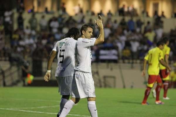 Montillo comemora depois de fazer seu primeiro gol com a camisa do Santos na vitória sobre o Atlético Sorocaba